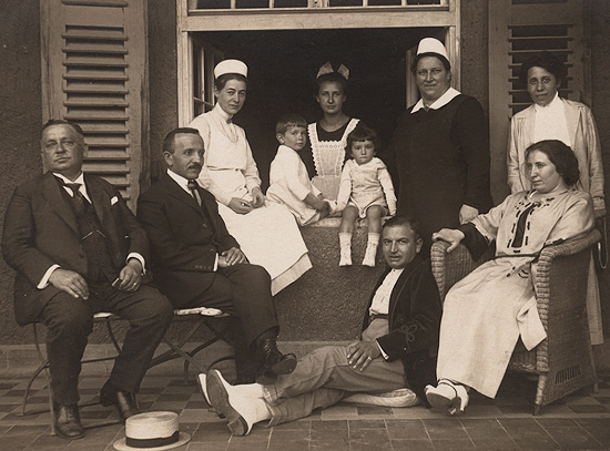 X, Ascher Mallah, Gisy, Elfriede, Uly, head nurse and Ronya. Thuringia, 1922.