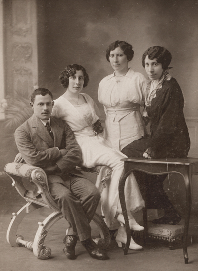 Israel with Bertha, Eva and Ronya in Constantinople - 1909